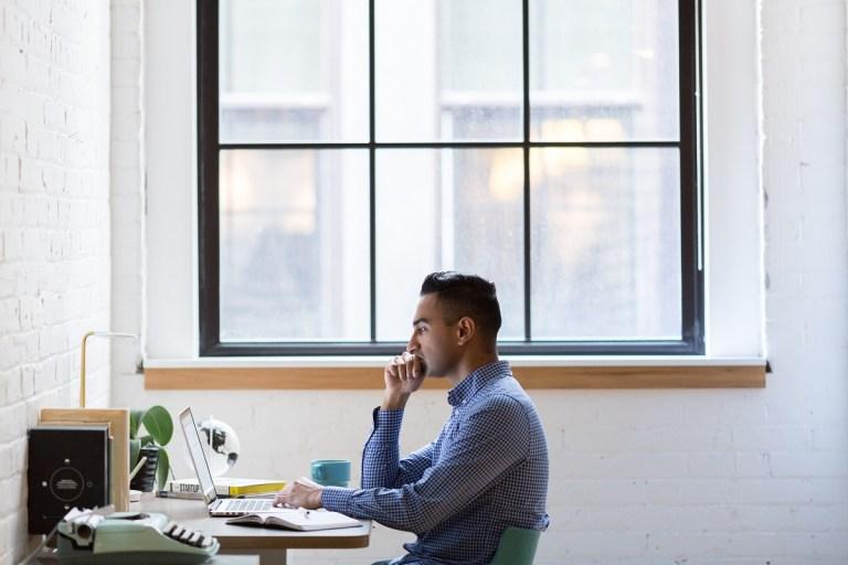 Todo lo que necesitas para hacer home office de forma saludable